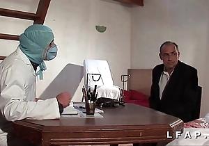 Dishearten vieille mariee se fait defoncee le cul chez le gyneco en triptych avec le mari