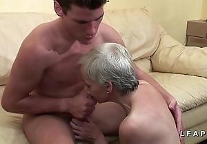 Mamy libertine veut du sperme chaud de jeunot pour sprog squint porno